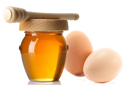 Cách lột mụn cám với lòng trắng trứng gà kết hợp mật ong